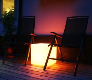 Lysande kub eller bord som laddas med solenergi